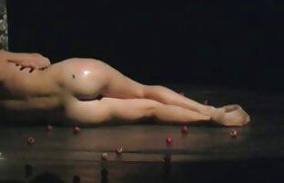 جوجه زرق و برق دانلود کلیپ سکسی کم حجم برای گوشی دار از یک شکل زیبا نوازش بدن او
